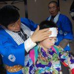 小志貴神社の牡丹獅子舞、軍配持ち役。化粧をして鮮やかな着物を纏います。2010/10/17